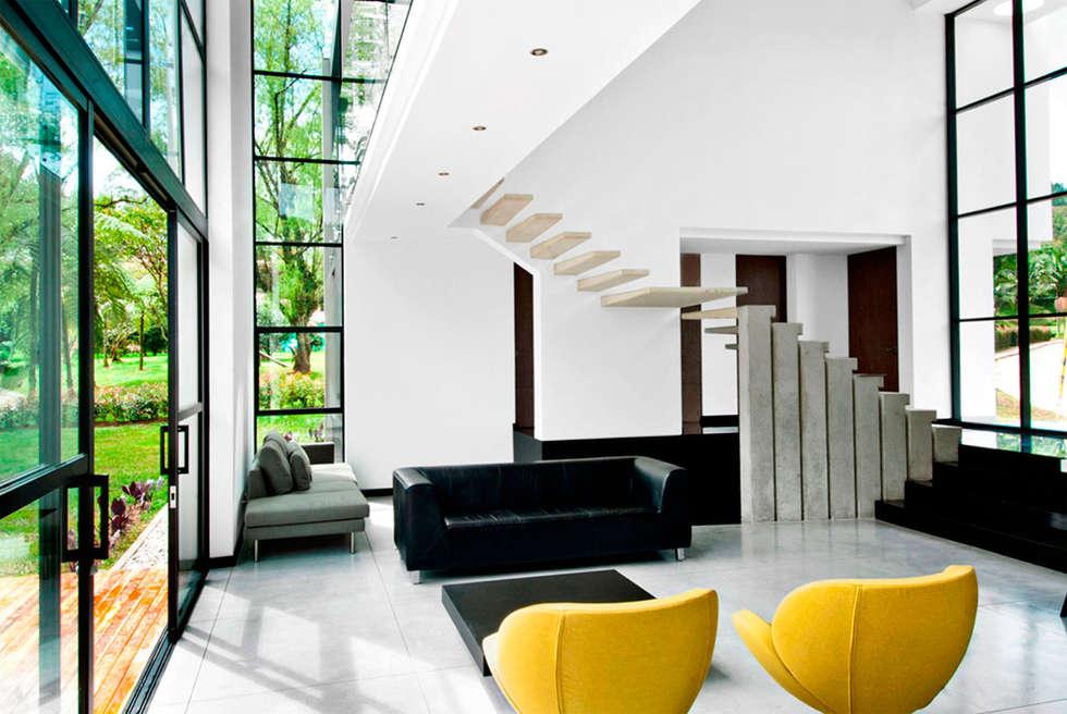 CASA - EL RETIRO ANTIOQUIA -: Salas de estilo moderno por FR ARQUITECTURA S.A.S.