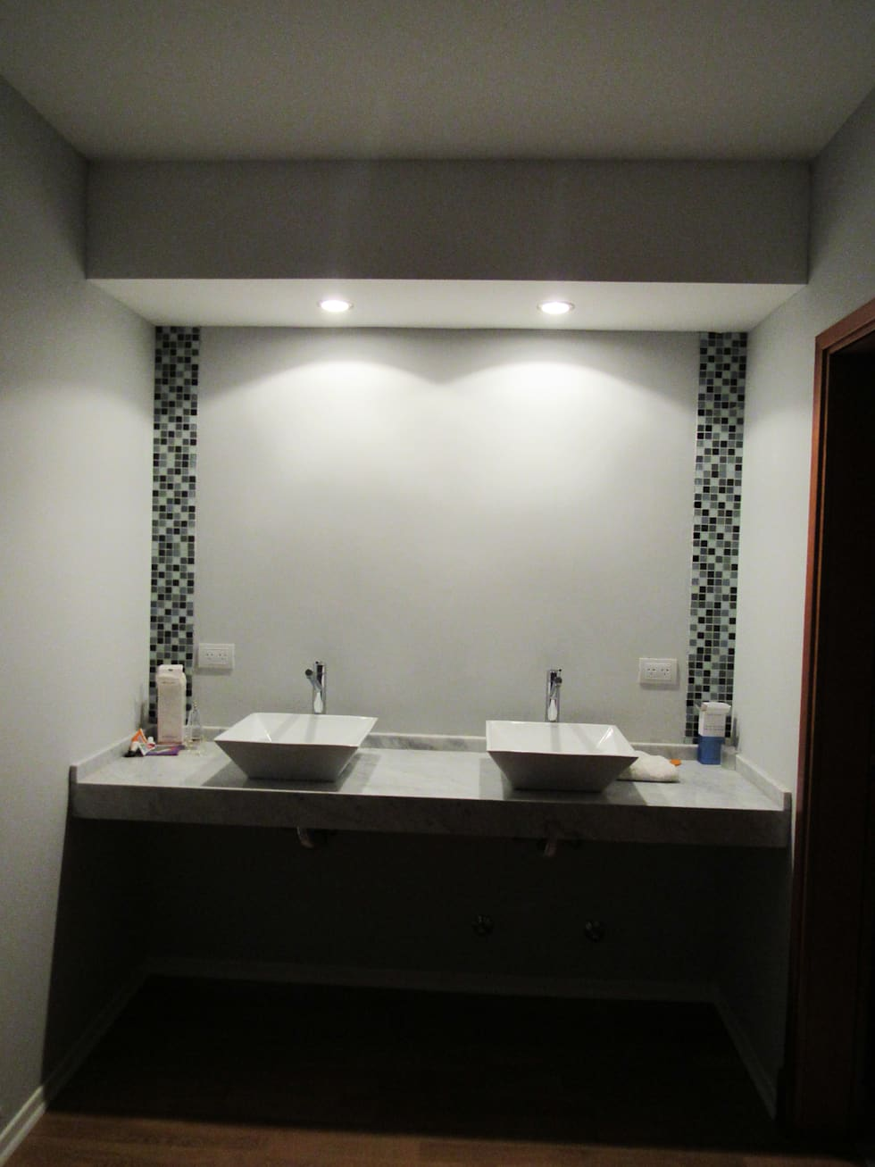 VIVIENDA EG: Baños de estilo moderno por BVS+GN ARQUITECTURA