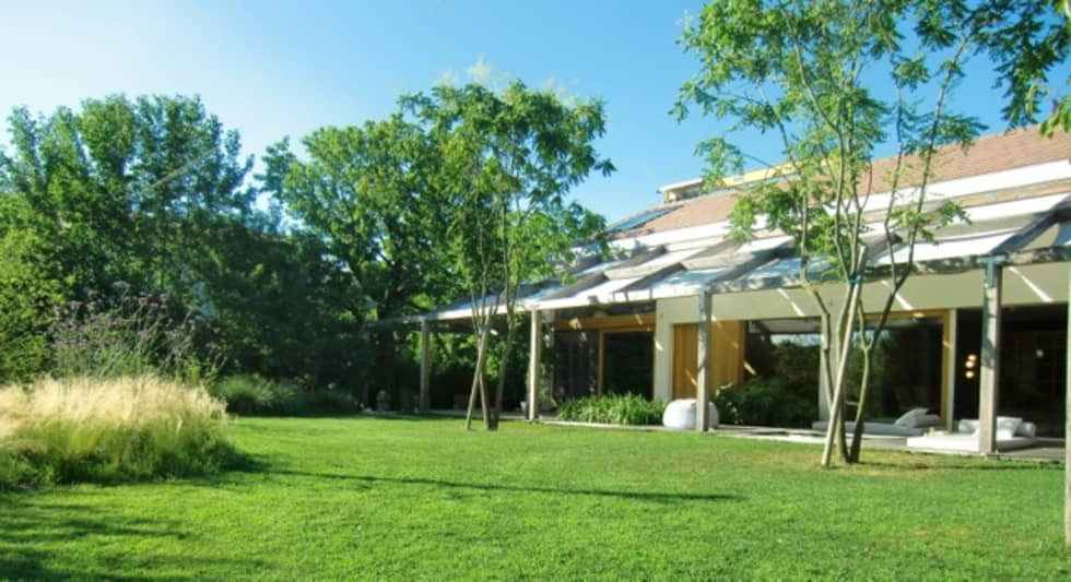 Casa in legno nella campagna veneta: Casa di legno in stile  di Woodbau Srl