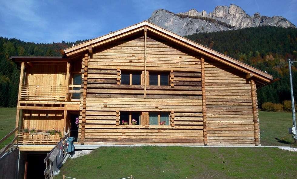 Legno e pietra: Casa unifamiliare in stile  di Woodbau Srl
