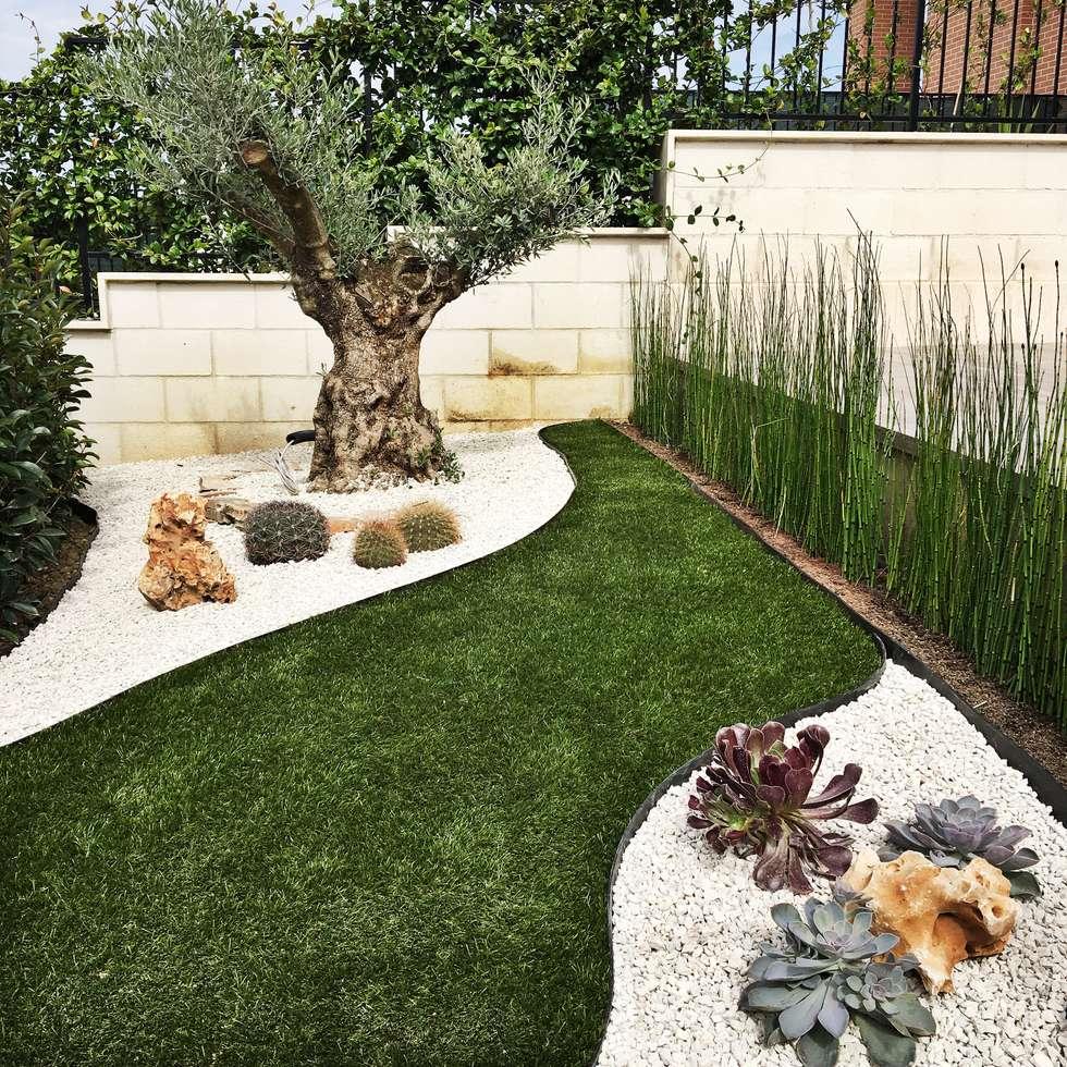 Un giardino da guardare: Giardino anteriore in stile  di AbitoVerde