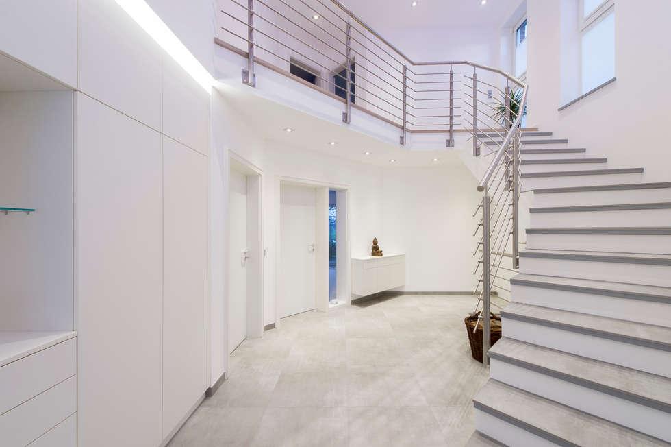 Treppenhaus flur bangkirai holz als bodenbelag fr drinnen - Flurmobel modern ...
