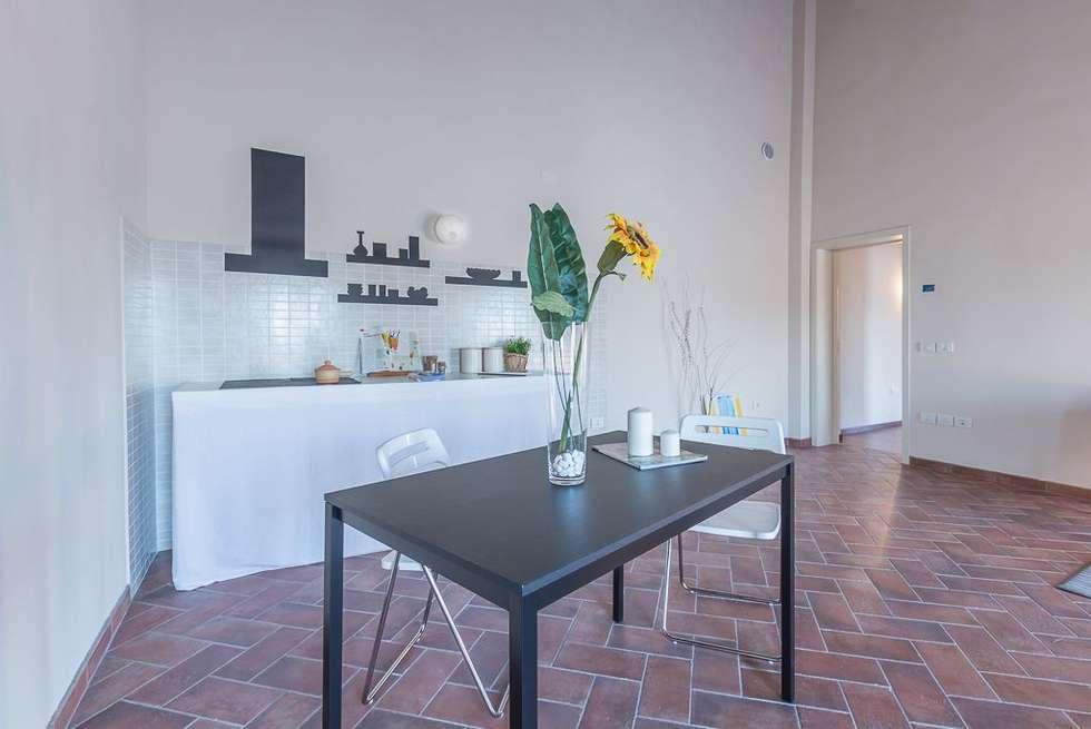 Appartamento Mazzini: Sala da pranzo in stile in stile Minimalista di Anna Leone Architetto Home Stager
