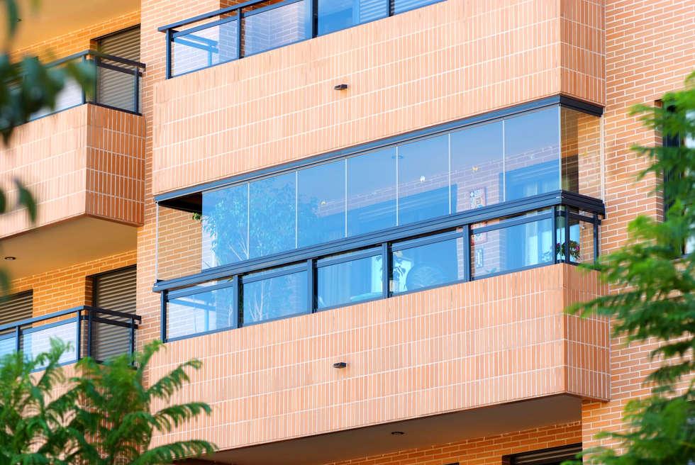 Vetrata panoramica per balcone: Terrazza in stile  di New Time Srl