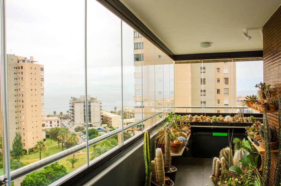 Vetrate per balconi: Terrazza in stile  di New Time Srl