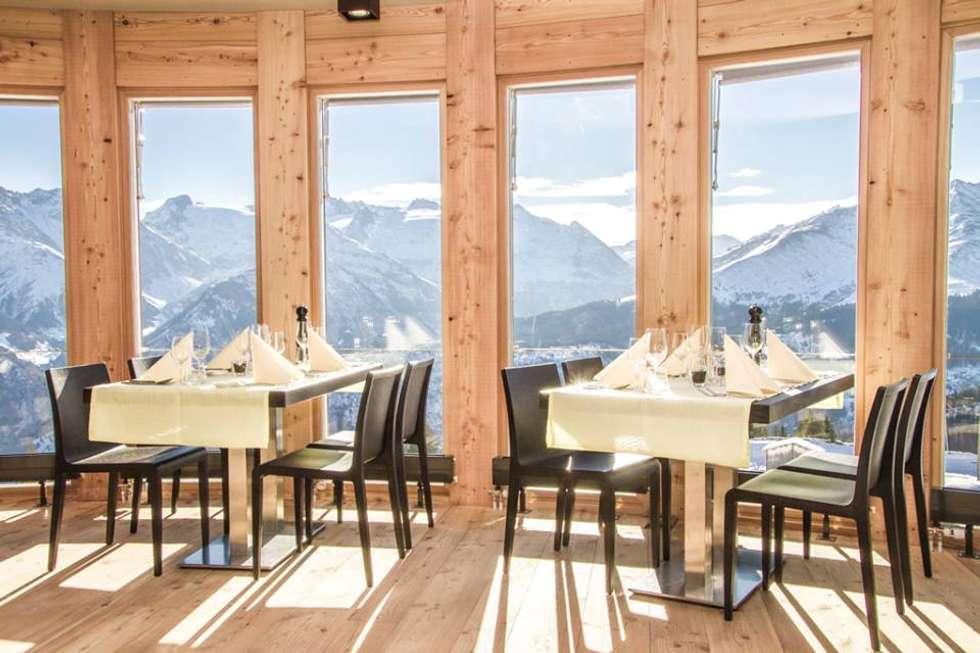 Ristorante in alta quota: Sala da pranzo in stile in stile Rustico di Woodbau Srl