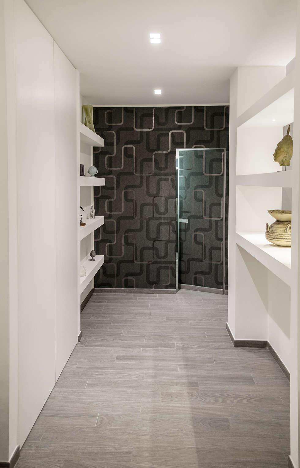 Ingresso e porta raso muro per l'accesso al bagno degli ospiti: Bagno in stile in stile Moderno di Rosa Gorgoglione Architetto