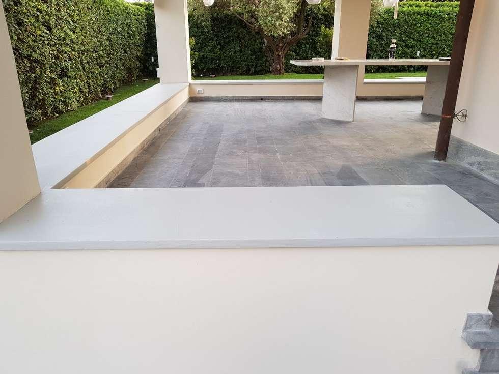 Villa - esterno -rivestimento muretti : Villa in stile  di COVERMAX RESINE