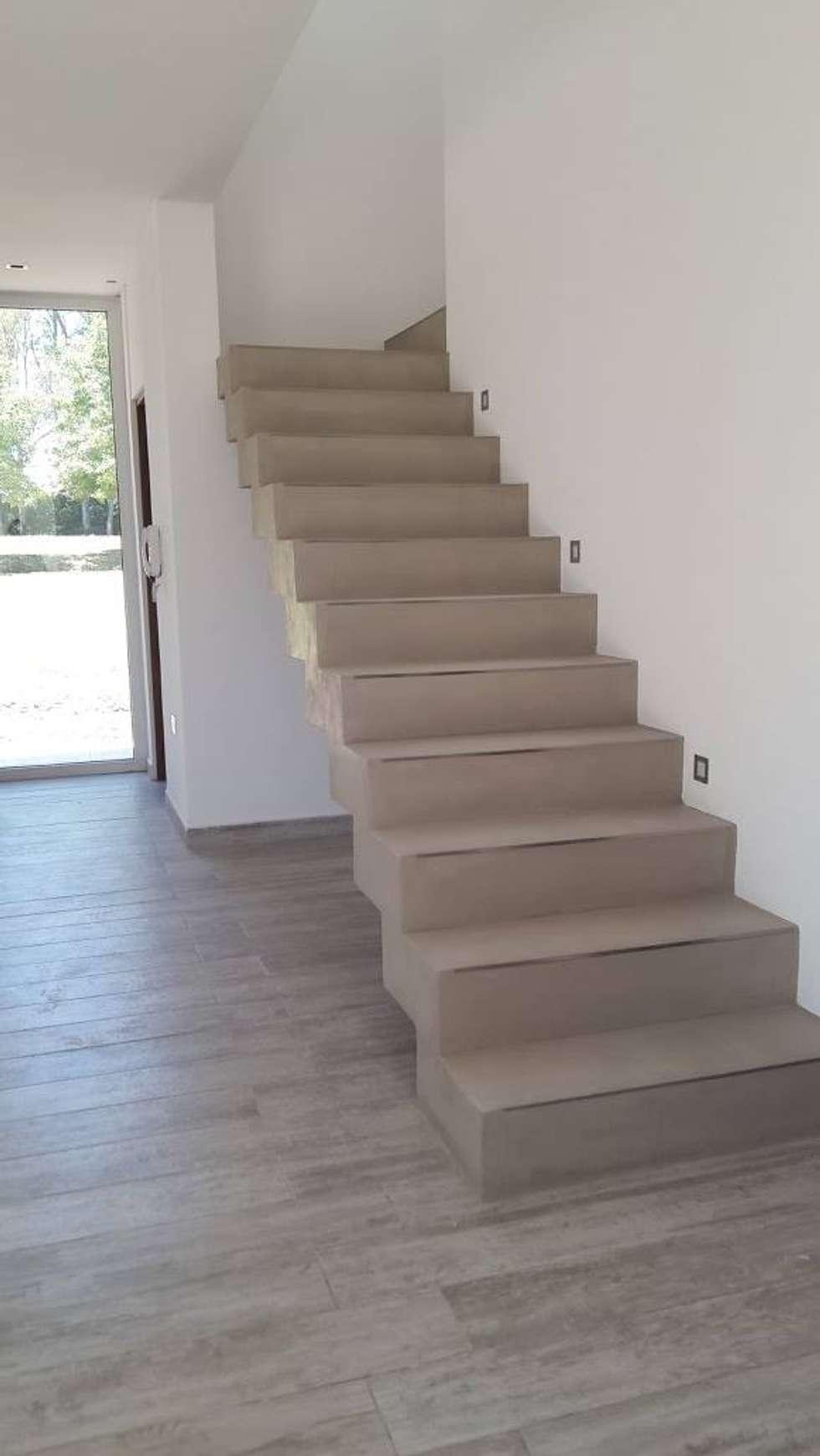 Escalera plegada de hormigón: Escaleras de estilo  por Arquitectura Bur Zurita