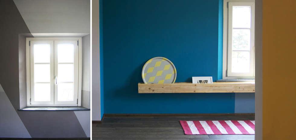La mensola di recupero industrial e la palette colore energica.: Soggiorno in stile in stile Eclettico di Rifò