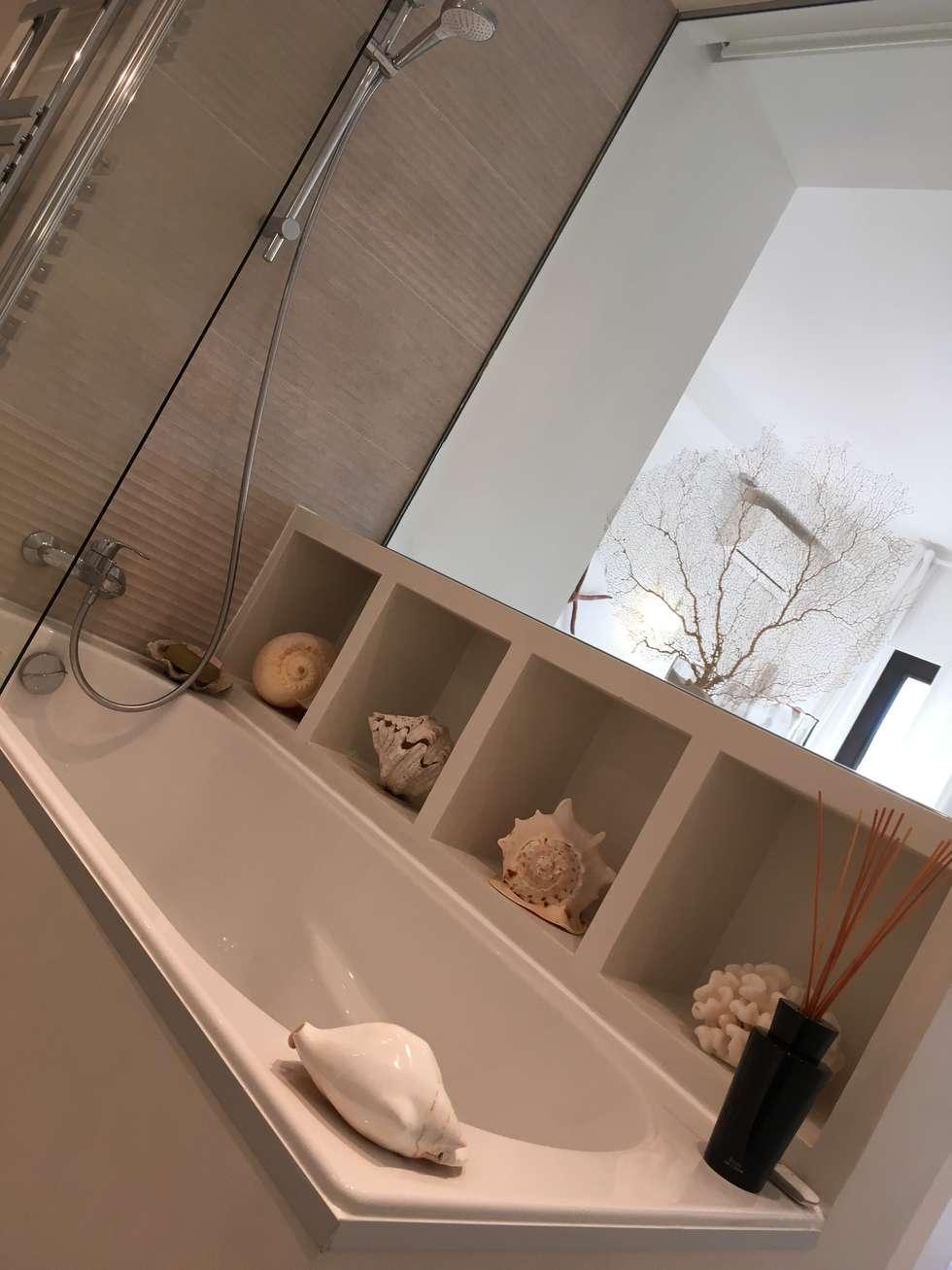 Des niches de rangement sur le bain - photo de réalisation: Salle de bains de style  par Christine Vuillod, Architecte d'intérieur