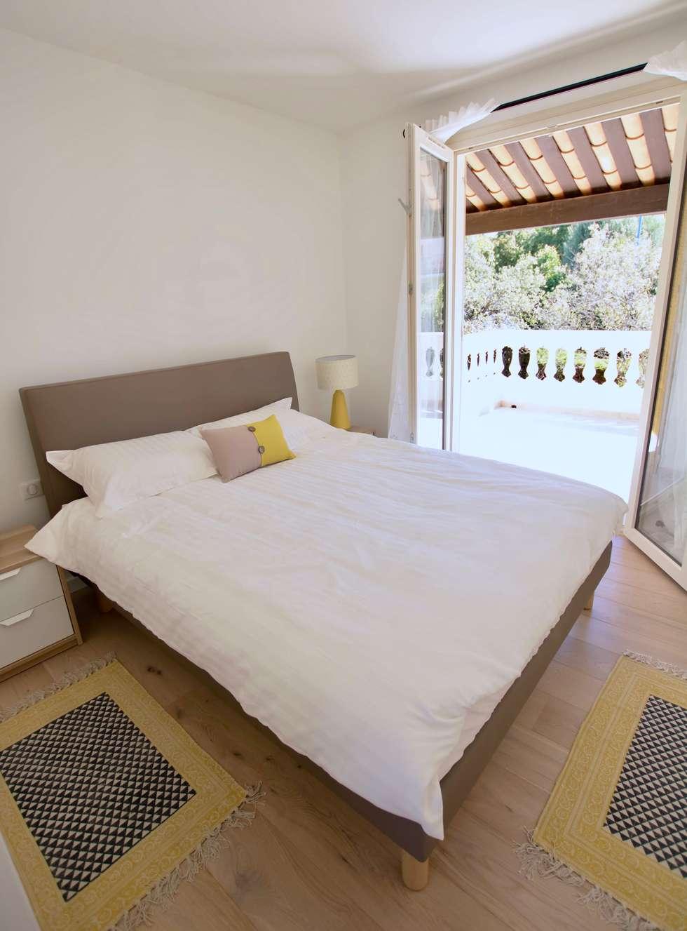 La chambre sur terrasse: Chambre de style de style Méditerranéen par Christine Vuillod, Architecte d'intérieur
