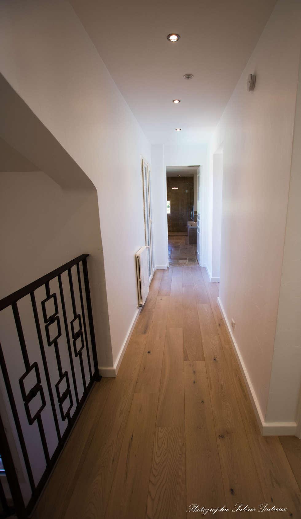La circulation au niveau des chambres: Couloir et hall d'entrée de style  par Christine Vuillod, Architecte d'intérieur