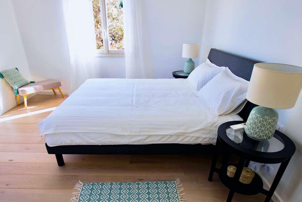 La chambre bleue: Chambre de style de style Méditerranéen par Christine Vuillod, Architecte d'intérieur
