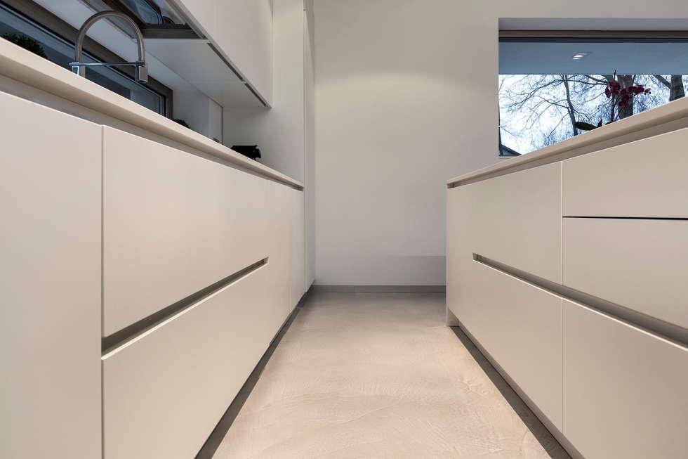 Casa PA: Cucina in stile in stile Moderno di Elia Falaschi Photographer