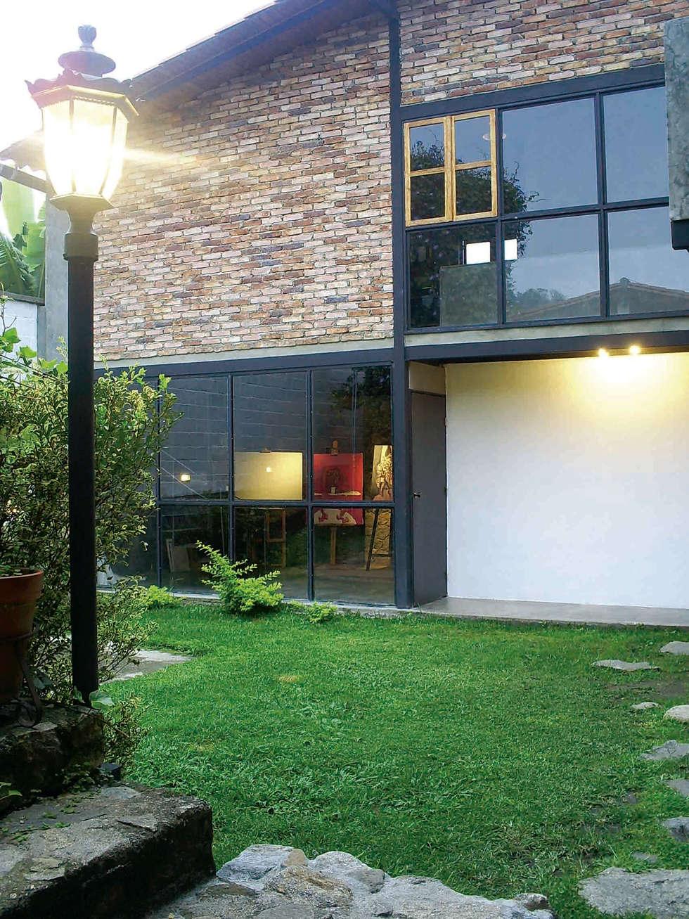 Fachada de la vivienda unifamiliar: Casas de campo de estilo  por Atis Proyectos