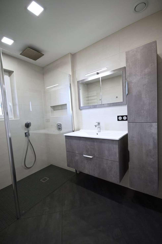 Une salle d'eau simple et fonctionnelle !: Salle de bains de style  par RG Intérieur