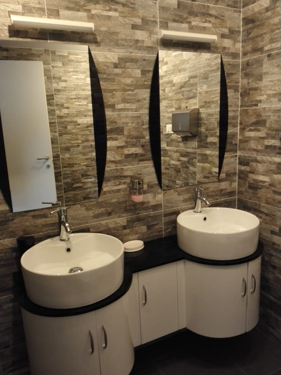 idee bagno: Bagno in stile in stile Moderno di ristrutturazione bagno roma