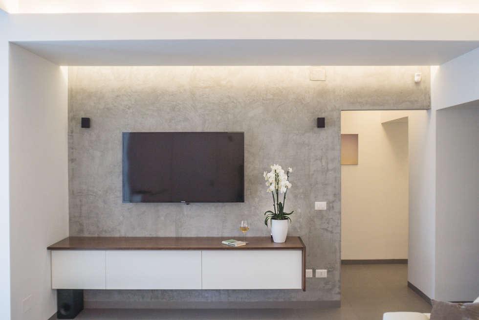 Patere TV: Soggiorno in stile in stile Moderno di manuarino architettura design comunicazione