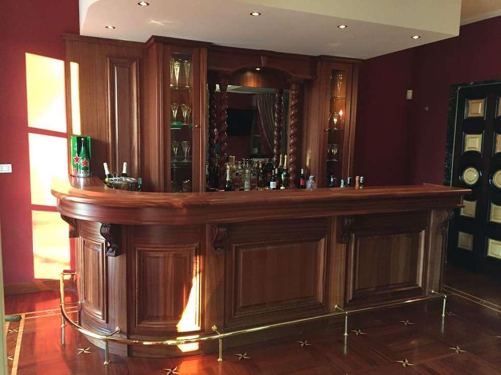 Angoli bar in casa: Soggiorno in stile in stile Classico di Falegnameria su misura