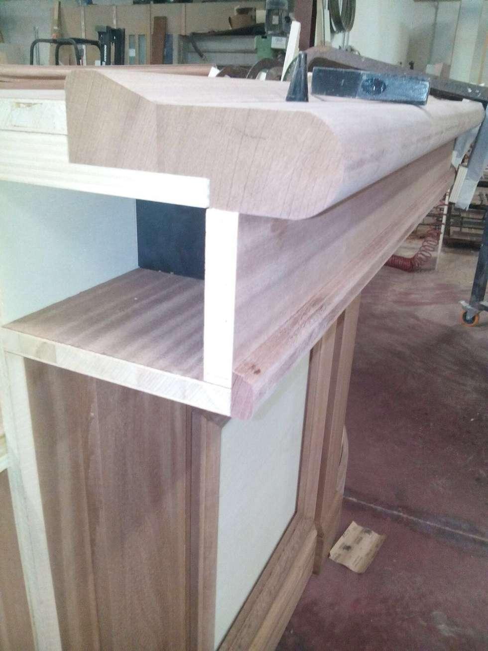 Falegnameria mobili bar su misura per casa : Soggiorno in stile in stile Classico di Falegnameria su misura