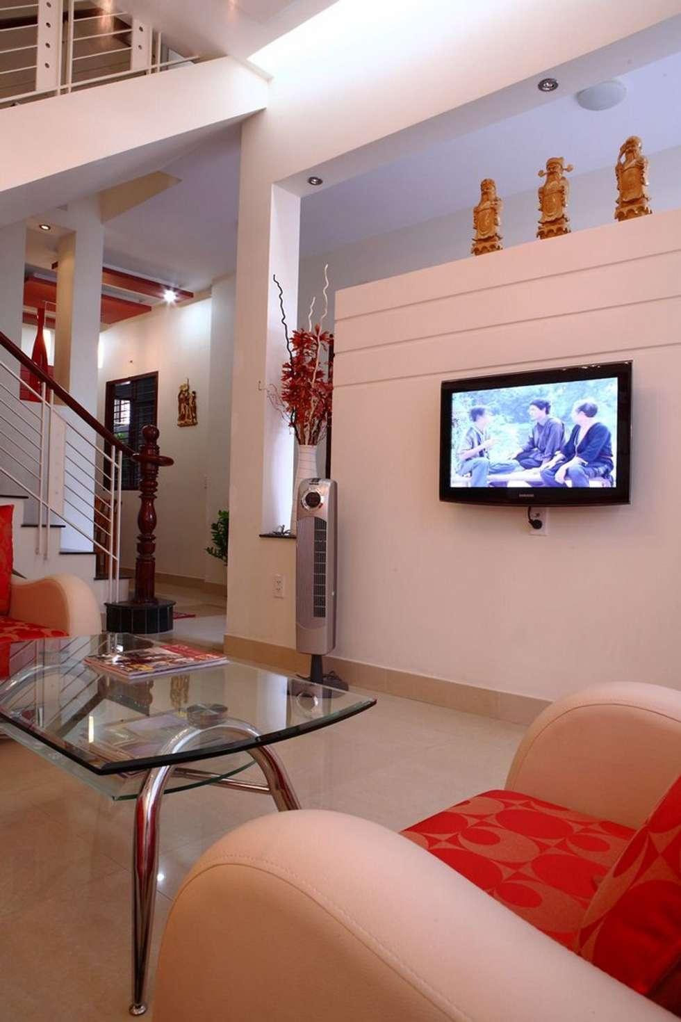 Phòng khách – phòng bếp sang trọng, đầy ấm áp:  Phòng khách by Công ty TNHH Xây Dựng TM – DV Song Phát