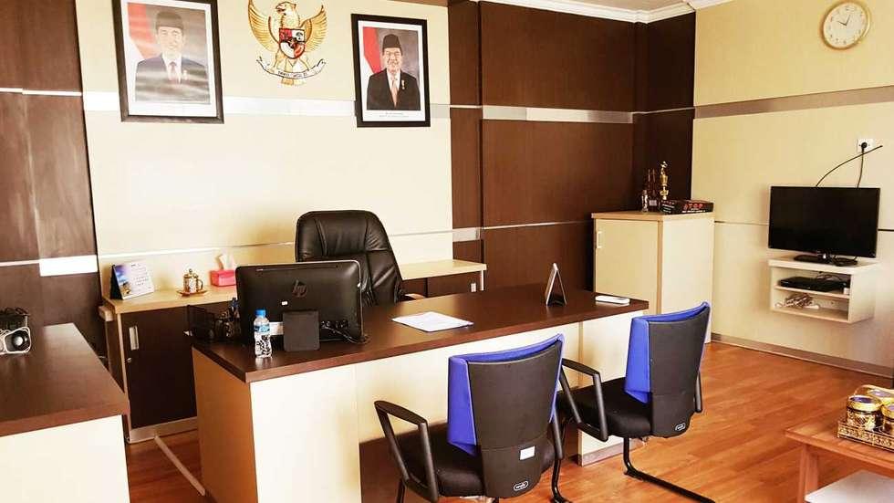 Inteior Ruang Pimpinan:  Gedung perkantoran by M   Interior
