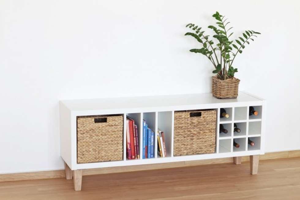 Ikea kallax regal wird auf die beine gestellt : skandinavische ...