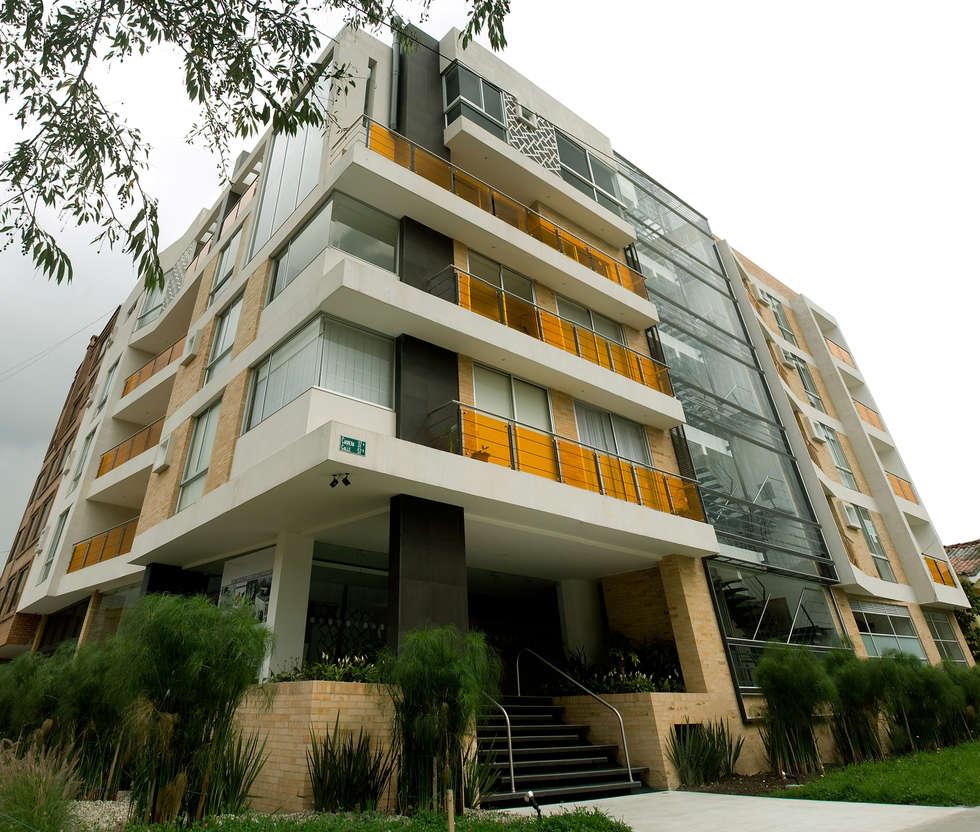 Edificio  C57- Panoramica Fachada: Paredes de estilo  por RIVAL Arquitectos  S.A.S.
