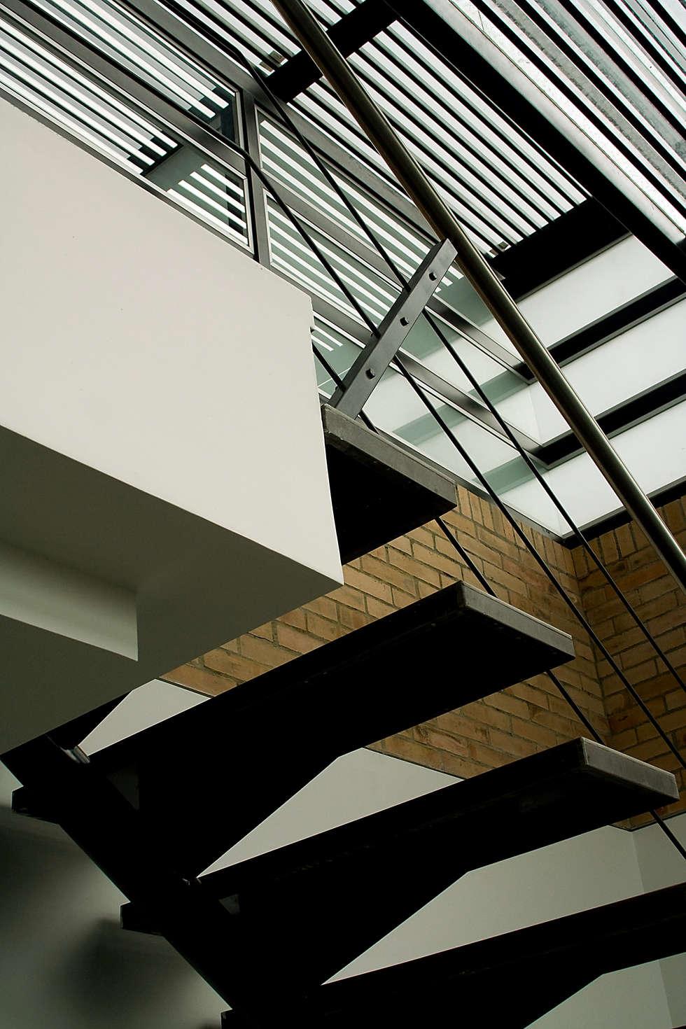 Edificio C57- Punto Fijo: Escaleras de estilo  por RIVAL Arquitectos  S.A.S.