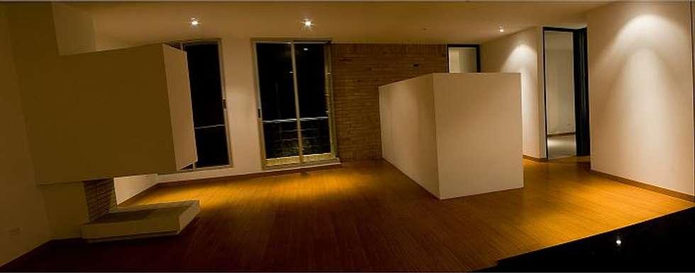 Eificio C57-zona social Apartamento: Salas de estilo moderno por RIVAL Arquitectos  S.A.S.