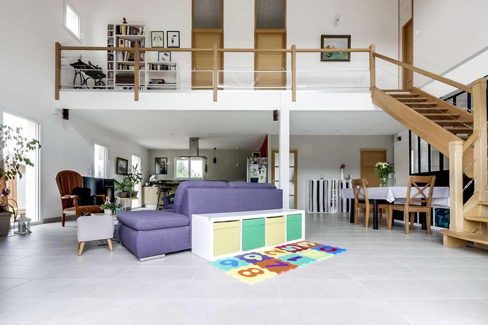 Salon avec mezzanine: Salon de style de style eclectique par Agence 360 degrés