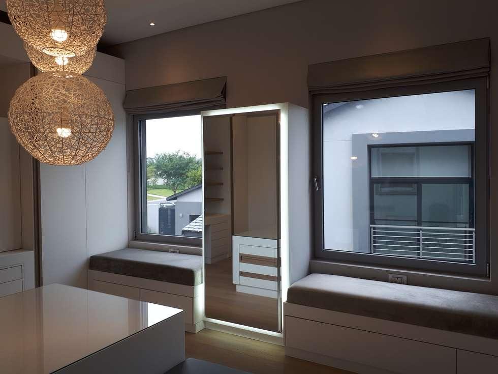Roman Blinds: modern Dressing room by Elliott Designs Studio