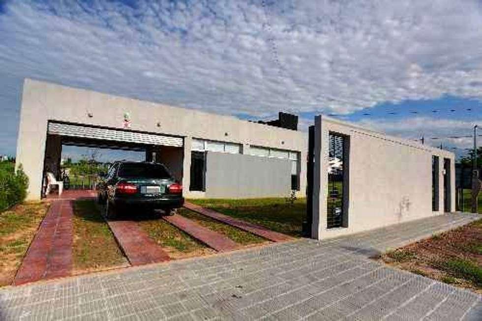 Vista Exterior: Casas unifamiliares de estilo  por I.S. ARQUITECTURA
