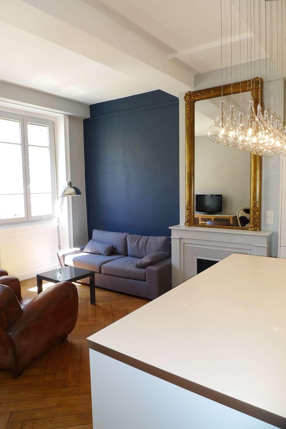 Un salon et sa cheminée séparé par une cuisine ouverte : Salon de style de style Classique par RB CONCEPT