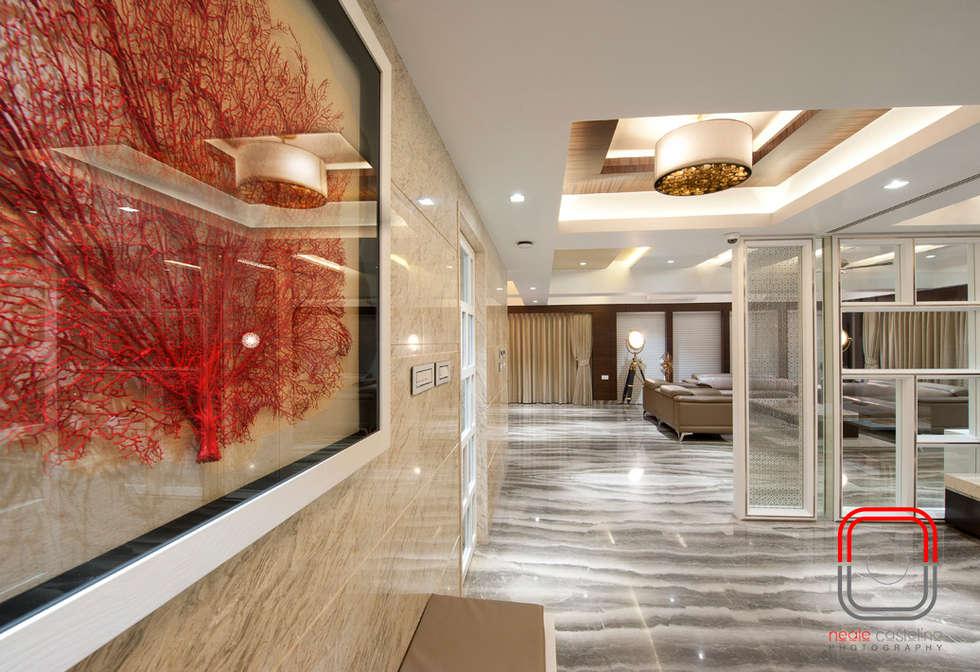 Juhu Residence:  Corridor & hallway by neale castelino Photography