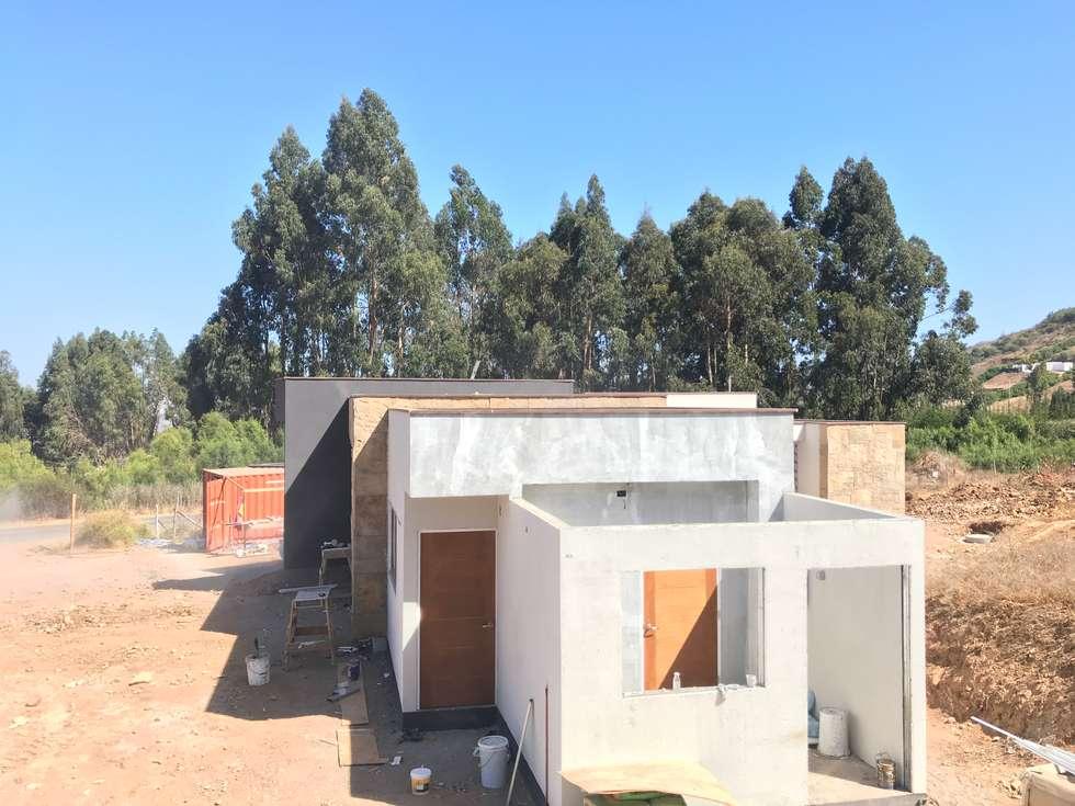 Proceso Terminaciones Vivienda Premium 115m2 Fundo Loreto.: Escaleras de estilo  por Territorio Arquitectura y Construccion