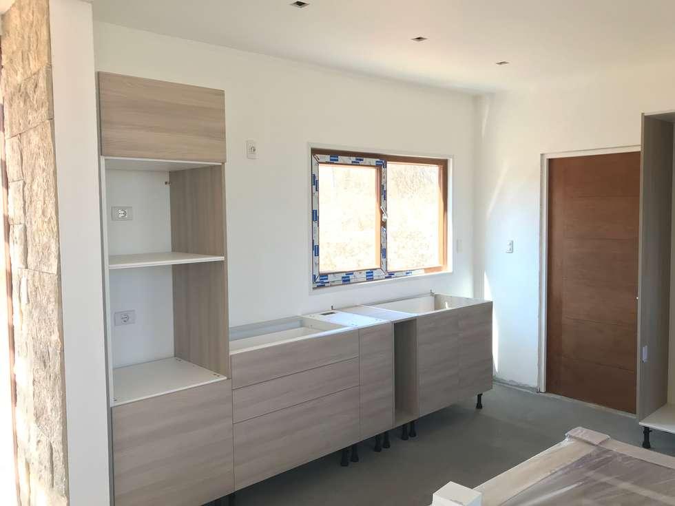 Proceso Terminaciones Vivienda Premium 115m2 Fundo Loreto.: Muebles de cocinas de estilo  por Territorio Arquitectura y Construccion