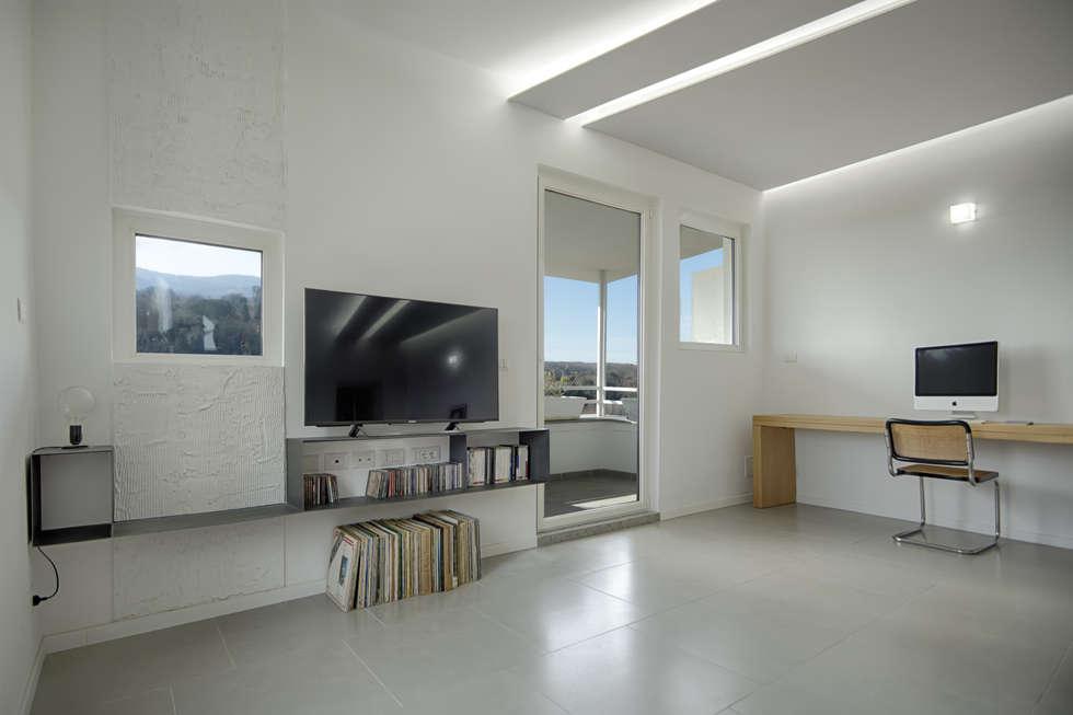Casa cannocchiale soggiorno in stile in stile minimalista for Idee casa minimalista