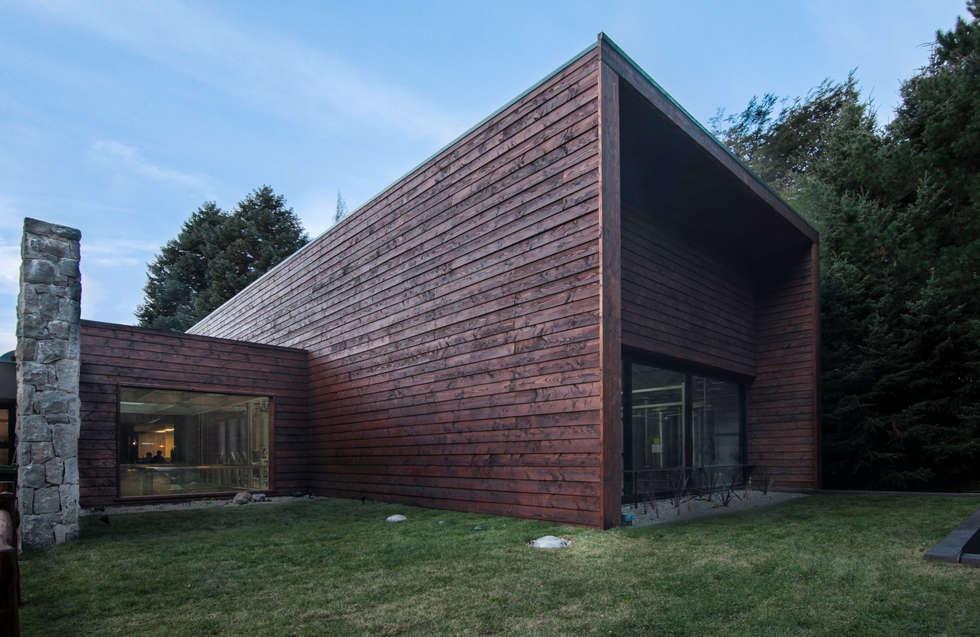 Cervercería Patagonia: arquitectura exterior: Bares y Clubs de estilo  por Bórmida & Yanzón arquitectos