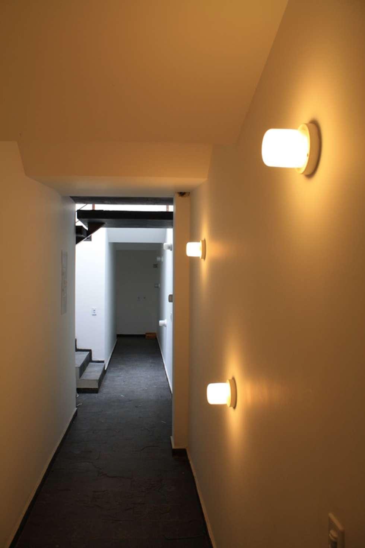 Acceso principal al Conjunto: Pasillos y vestíbulos de estilo  por RIVAL Arquitectos  S.A.S.