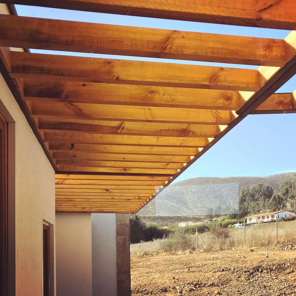 Cubierta en voladizo en madera, Vivienda Lt37 Premium 125m2 Fundo Loreto.: Casas unifamiliares de estilo  por Territorio Arquitectura y Construccion