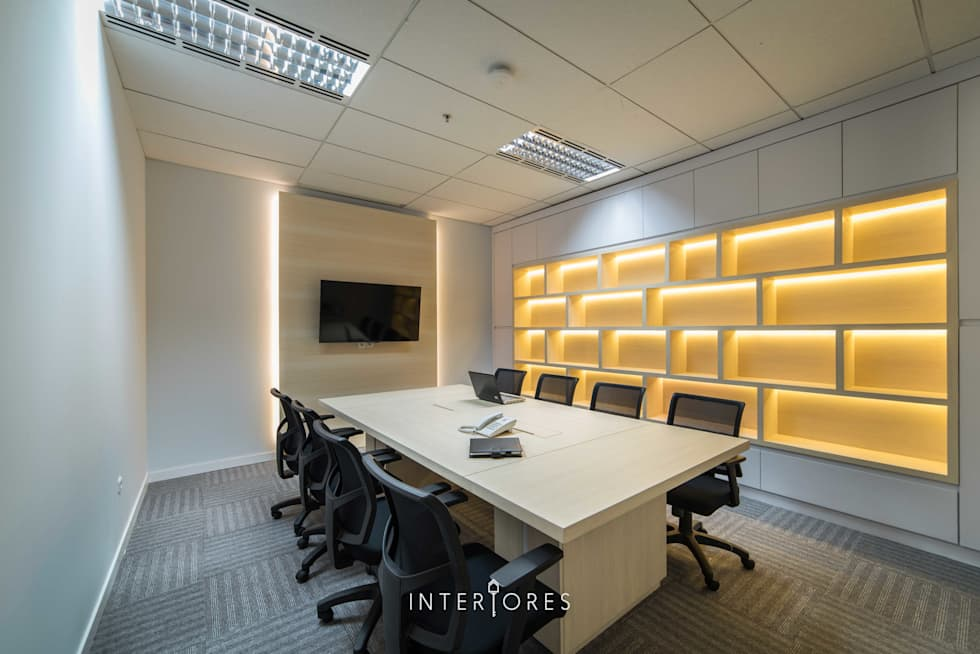 Ruang Meeting (Besar):  Kantor & toko by INTERIORES - Interior Consultant & Build