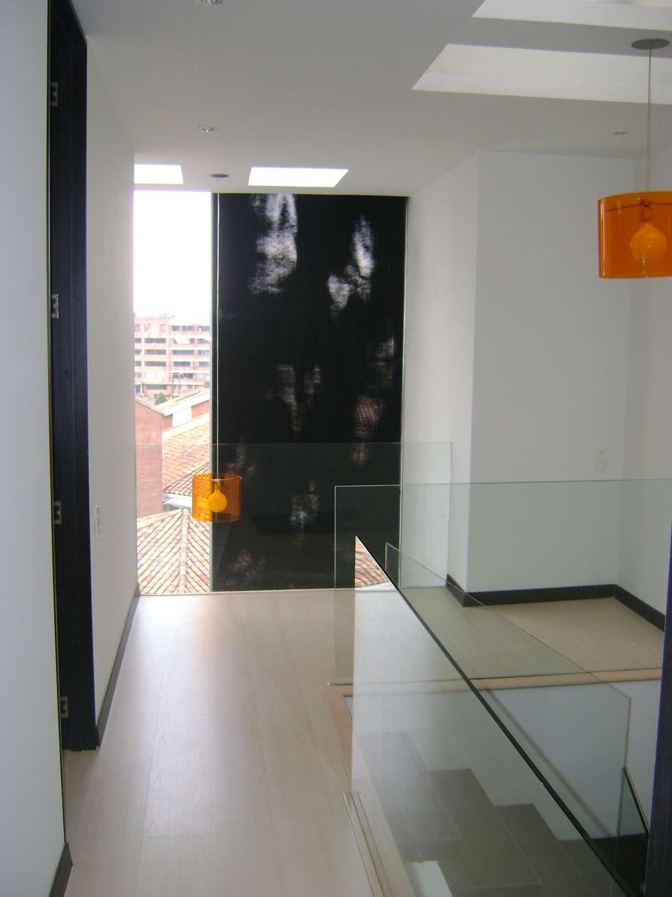 Pent House  RuizPerez-Hall Alcobas: Pasillos y vestíbulos de estilo  por RIVAL Arquitectos  S.A.S.