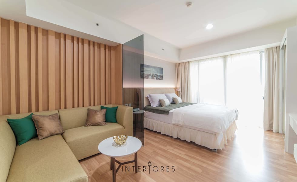 Wall-panel Accent:  Ruang Keluarga by INTERIORES - Interior Consultant & Build