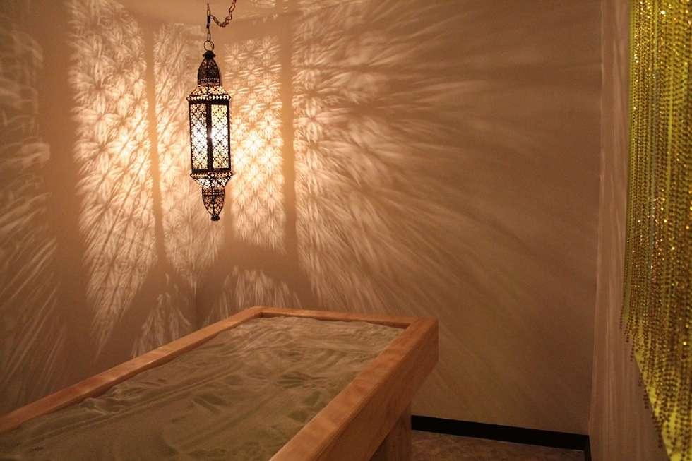 Cabina Metal: Spa de estilo asiático por Dharma Arquitectura