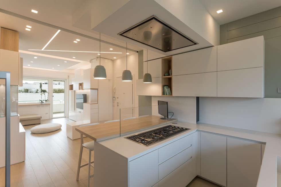 """Casa """"FG"""" bianco scolpito: Cucina in stile in stile Moderno di MAMESTUDIO"""
