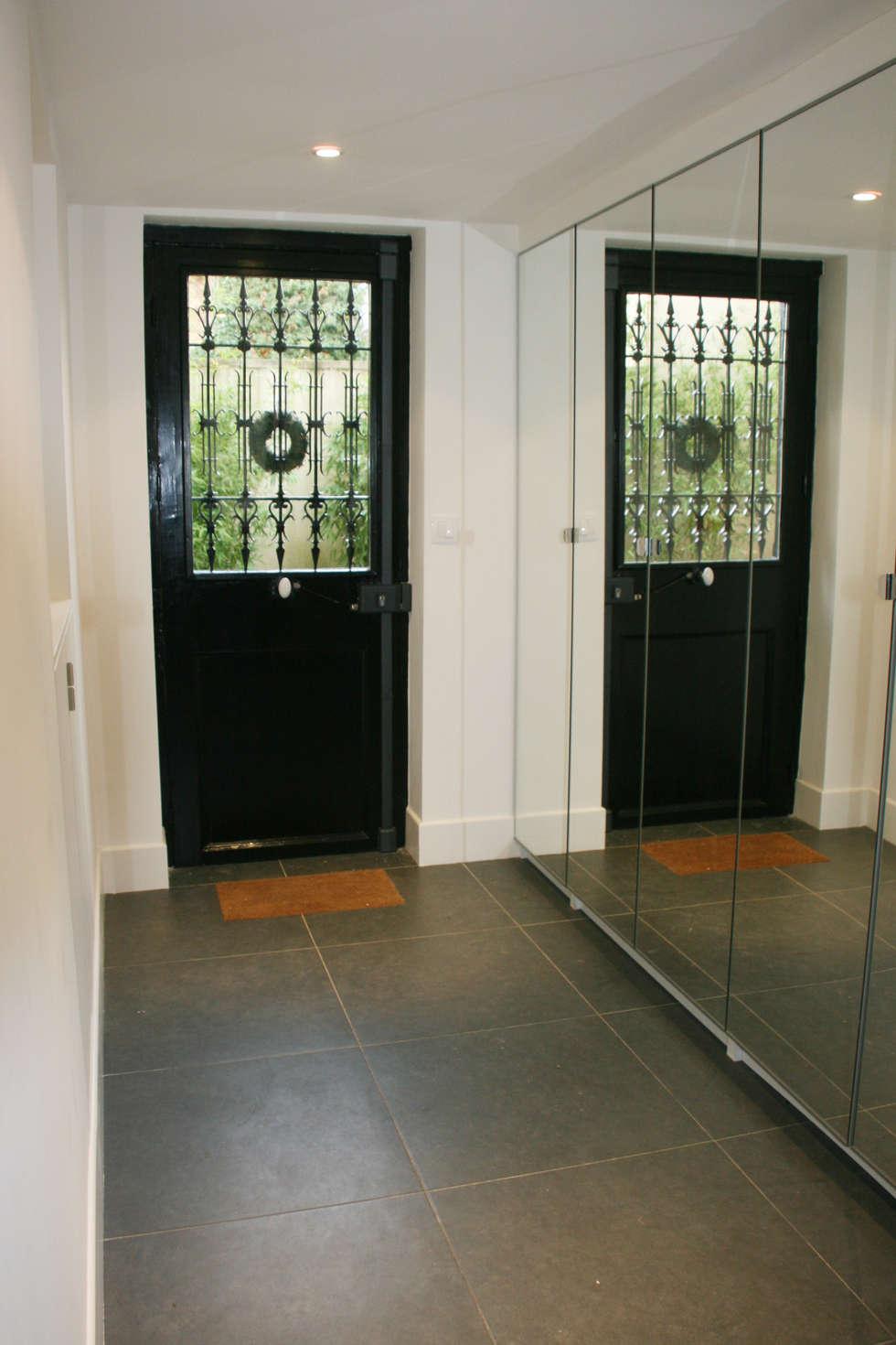 Nouvelle entrée maison: Couloir et hall d'entrée de style  par Optiréno