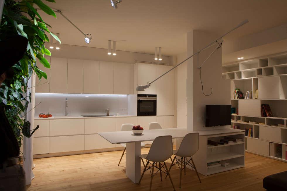 appartamento c+r: Cucina attrezzata in stile  di Gian Carlo Sottoriva Architetto