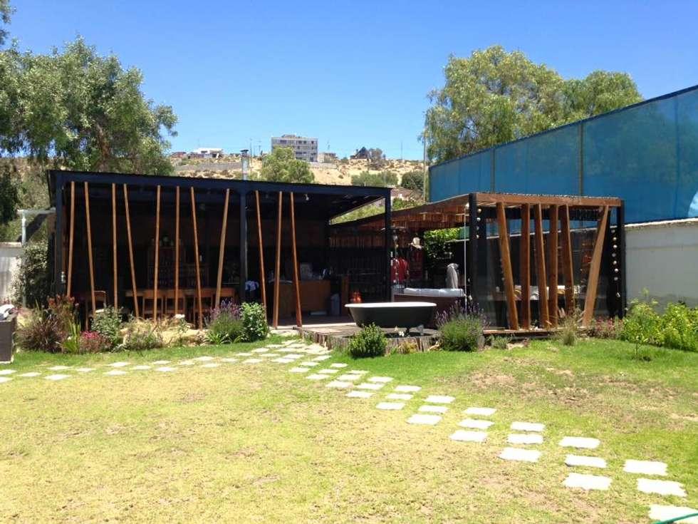 FACHADA PRINCIPAL: Casas de estilo rústico por arquiroots